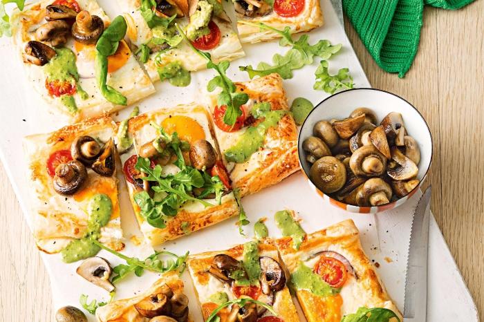 recette diner avec poisson, saumon rôti avec sauce pesto et garniture de champignons et épinards grillés