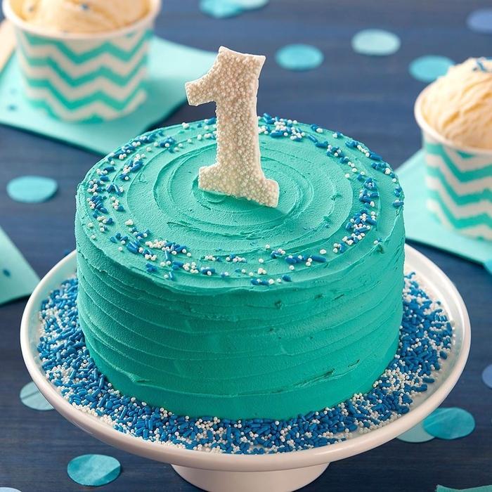 un gateau anniversaire 1 an facile à préparer recouvert de glaçage bleu turquoise idéal pour une séance smash cake