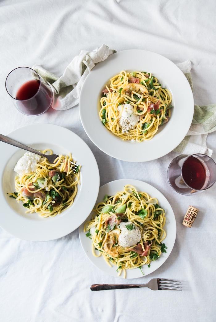 repas du soir entre amis avec pasta et verre de vin rouge, préparer vite spaghetti au fromage et herbes vertes