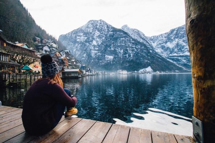 méditation en plein air au bord d'un lac avec vue vers les montagnes enneigées, photo pour fond d'écran ordinateur