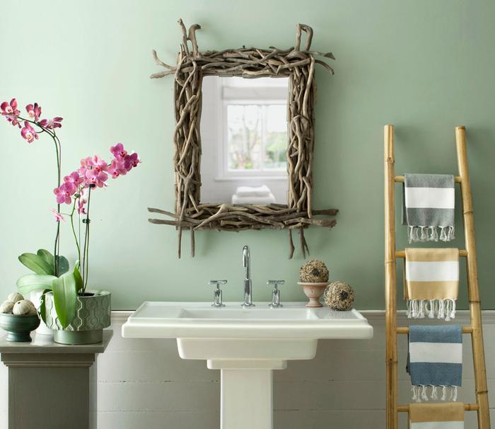 idée pour relooker salle de bain avec un petit budget à l'aide des matériaux récup comme ce cadre de miroir en bois flotté qui s'inscrit parfaitement dans l'ambiance nature