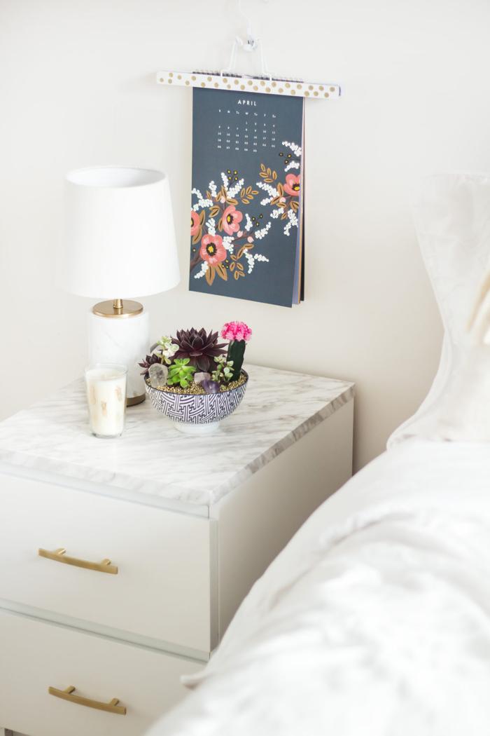 décoration chambre à coucher élégante avec une table de chevet ikea effet marbre relooké avec du papier de contact