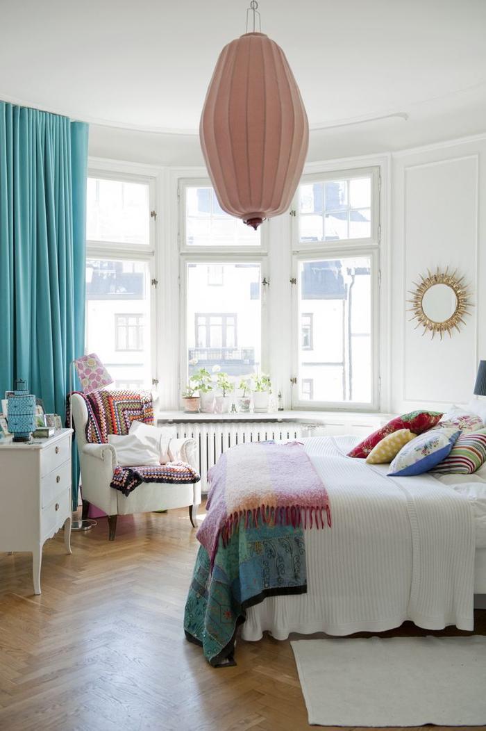 idées deco pour chambre bohème chic blanche aux touches colorées sur le textile et des objets déco tendance