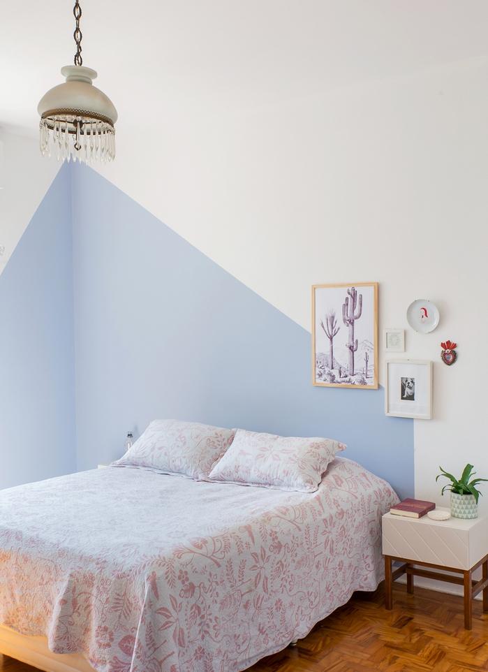 deco de chambre adulte d esprit minimaliste dynamisée par un mur géométrique en bleu pastel et des cadres déco dépareillés