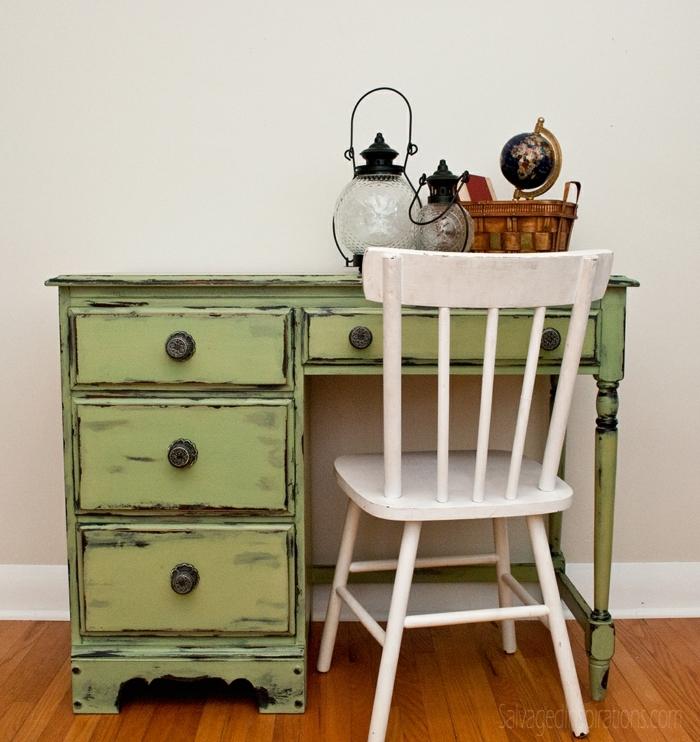 chaise en bois peinte blanche, bureau vert shabby, lanternes en verre et sol en bois
