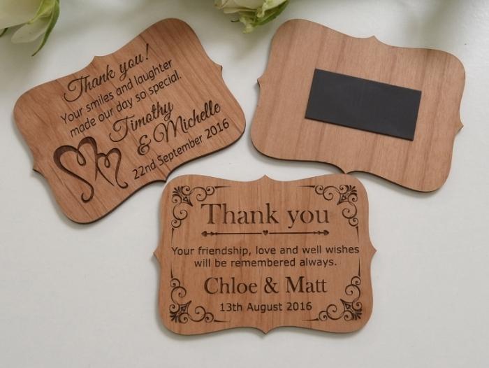exemple de cadeau mariage invité, aimant souvenir de bois avec gravure aux mots doux et remerciements pour les invités