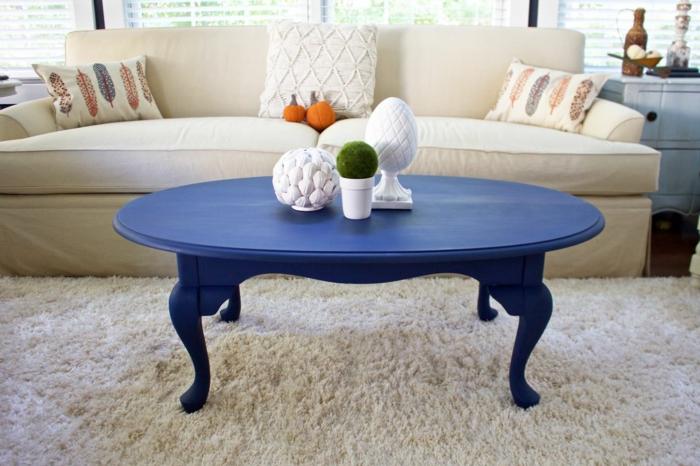 un salon en beige clair, renover table en bois avec peinture bleue, tapis moelleux beige clair