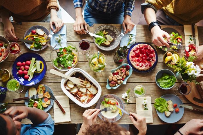 décoration de table pour un diner entre amis sain aux légumes et fruits, manger sain et équilibré avec salades