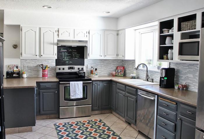 cuisine équipée sur carrelage avec meubles bas gris anthracite et étageres blanches