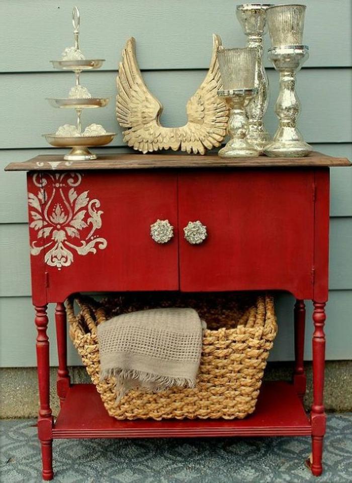 idées et techniques pour repeindre un meuble en bois, panier tressé, bougeoirs argentés