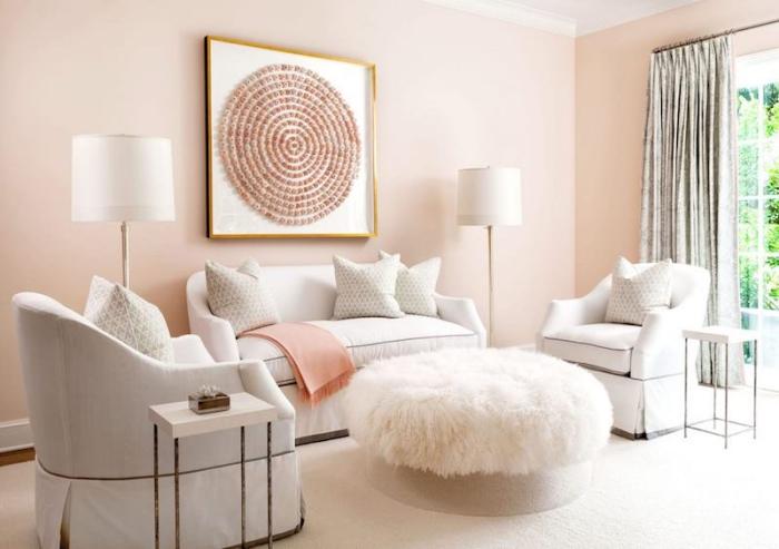 déco de salon aux murs rose pastel avec meubles blancs et lampes sur pieds blanches, peinture avec cadre doré