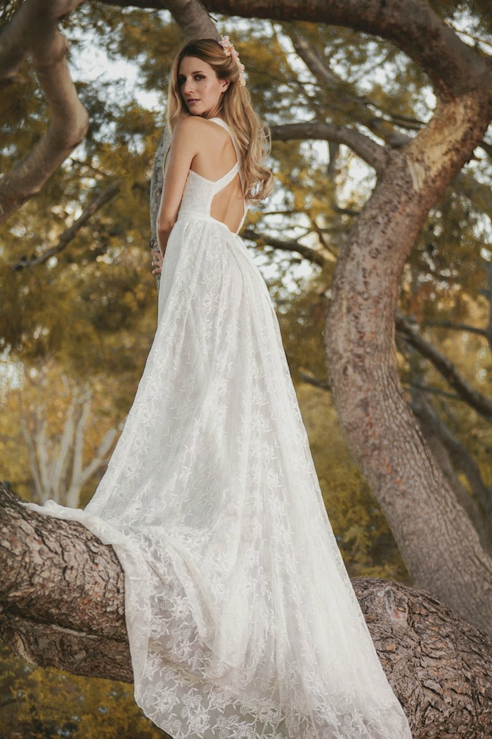 robe avec dos élégant, dentelle florale, cheveux à demi ramassés, longue traine romantique