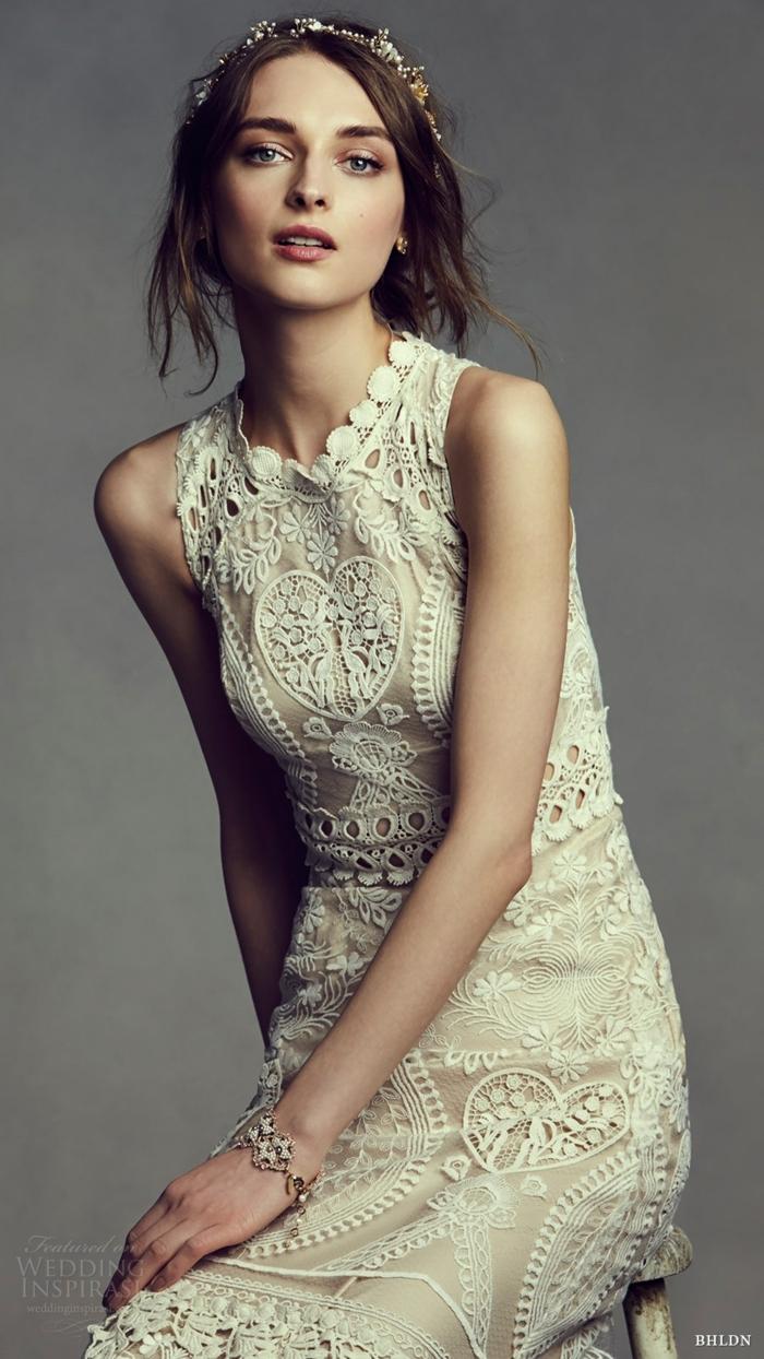 robe bohème toute en broderies, coiffure loose, couleur originale, couronne de fleurs