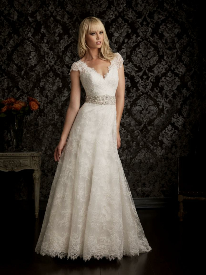 décolleté en V, robe longue blanche style boho chic, taille ajustée, petites manches