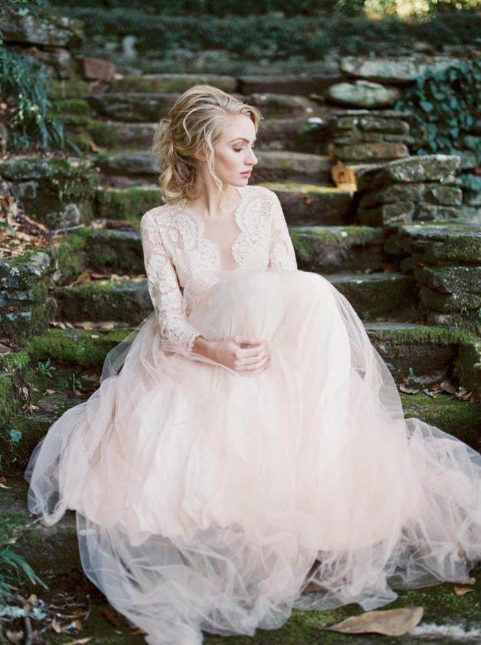 robe bouffante champetre, longues manches dentelle, robe couleur rose très pâle