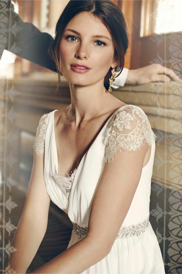 robe de mariage civil chic, bustier en dentelle, manches en dentelle, robe couleur crème