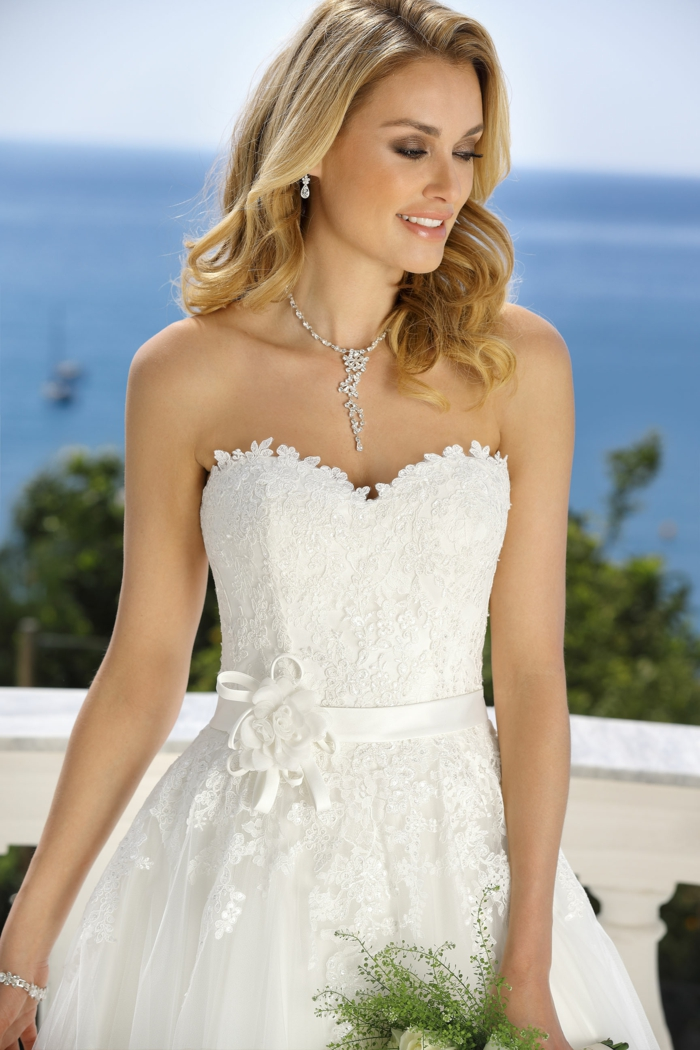 robe style champêtre, bustier, partie basse bouffante, collier subtil