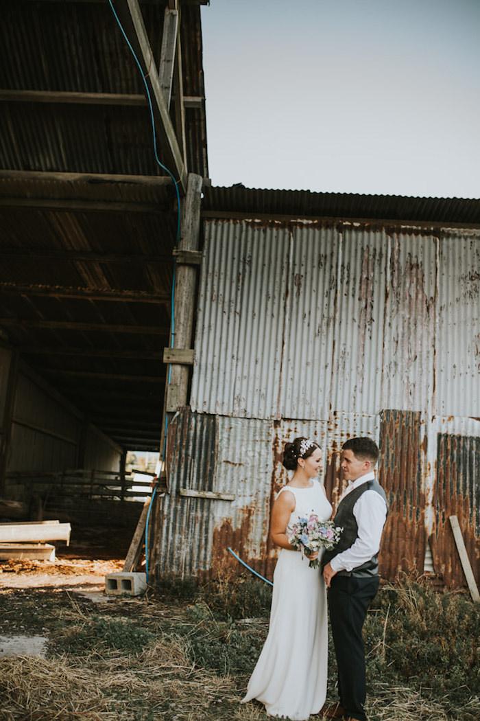 Romantique robe de mariée fluide robe de mariée simple et chic longuerobe longue blanche bouquet de mariée fleurs d'été