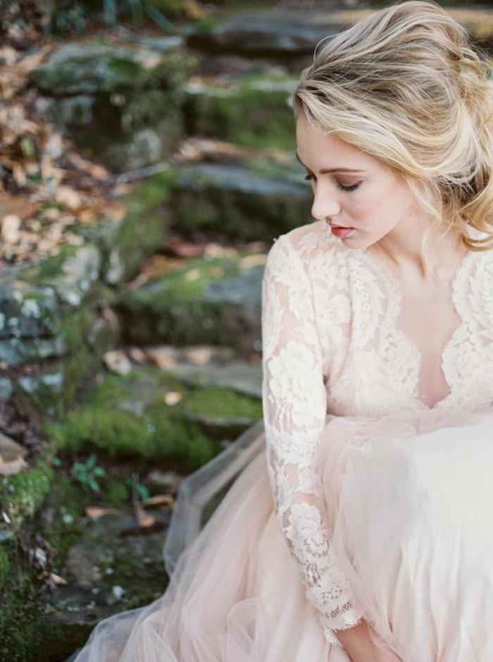 jolie robe de mariée style champêtre chic, couleur rose, queue de cheval basse