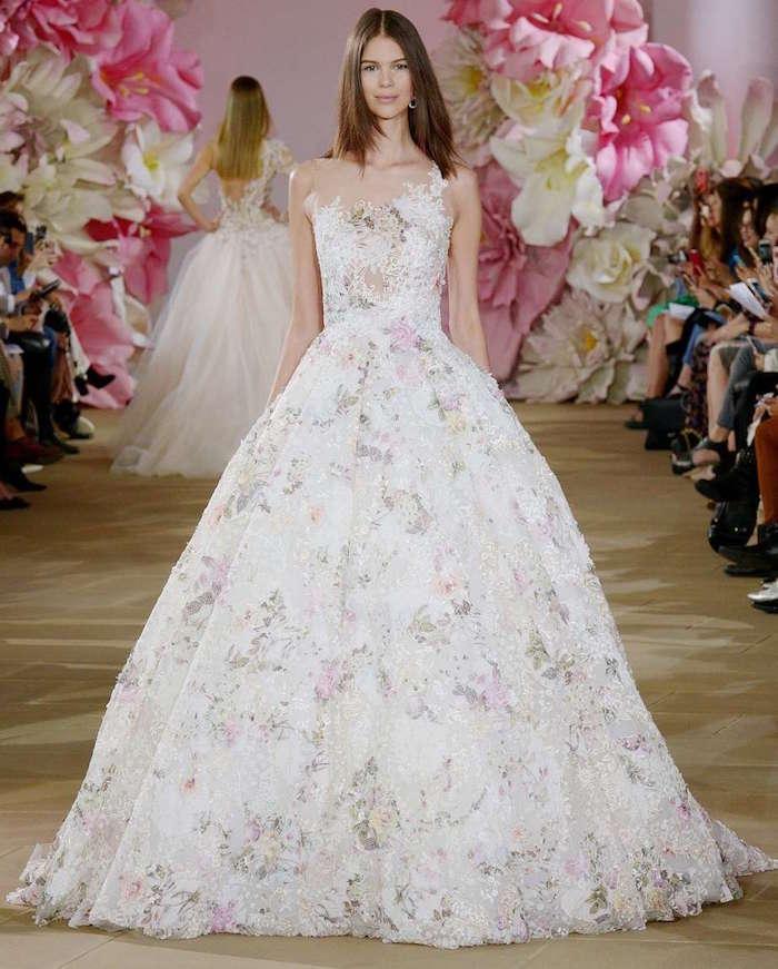 robe de cérémonie femme pour mariage blanche avec fleurs, longue tenue de mariage femme