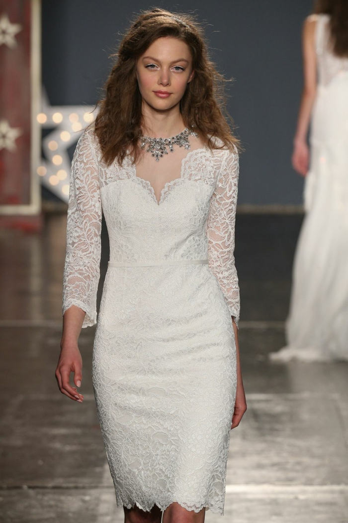 robe blanche, manches longues en dentelle, joli collier, robe de mariage courte