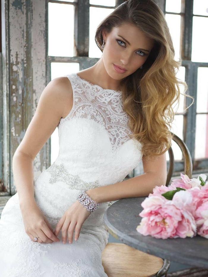 robe droite boho chic, bustier dentelle, robe collée au coprs, robe de mariée sans manches