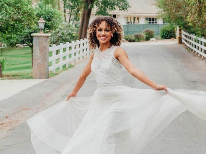 mariée en style bohème chic, robe boheme mariage, coupe évasée, robe couleur blanche