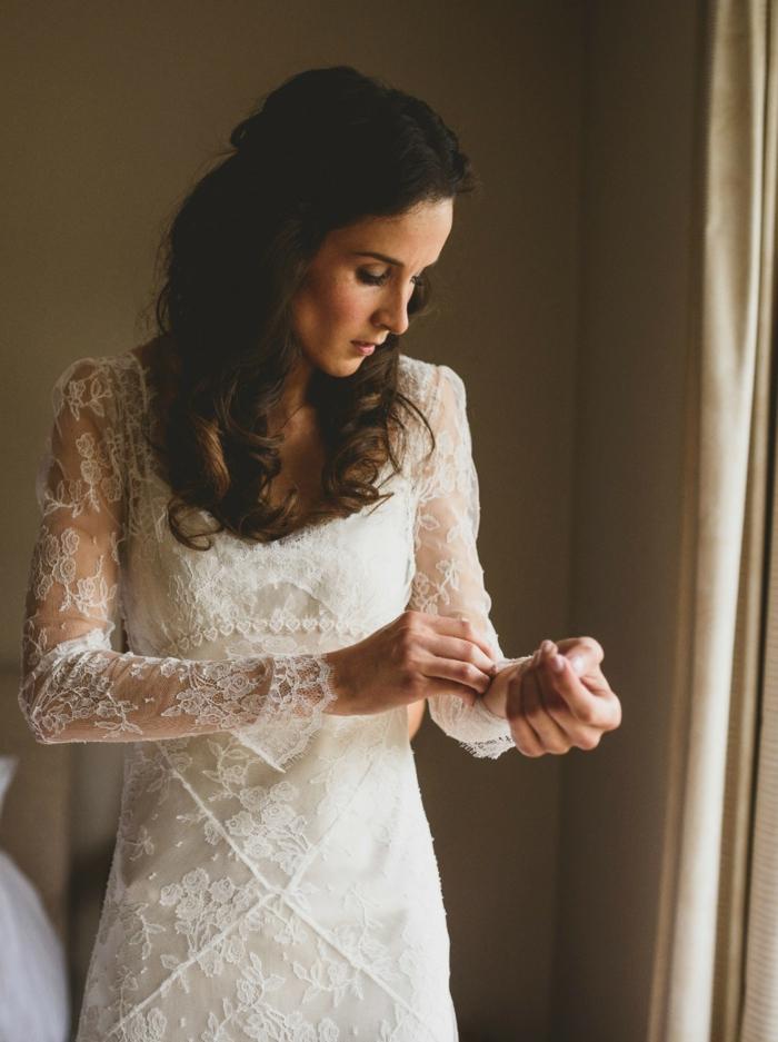 robe boheme mariage, manches en dentelle transparente, coiffure romantique