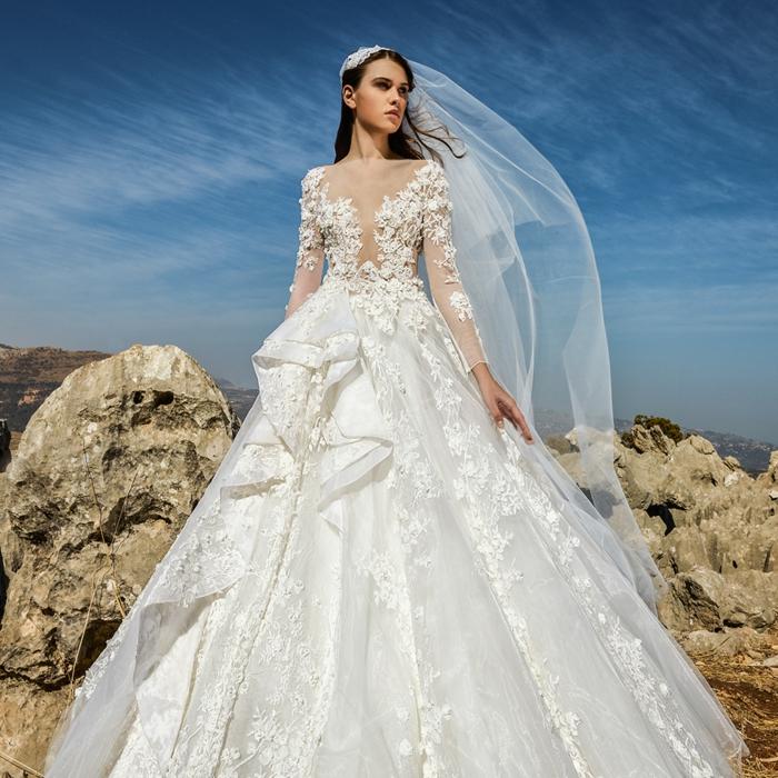 robe longue princesse, voile long, jupe bouffante splendide, un paysage magnifique, ciel bleu et rochers