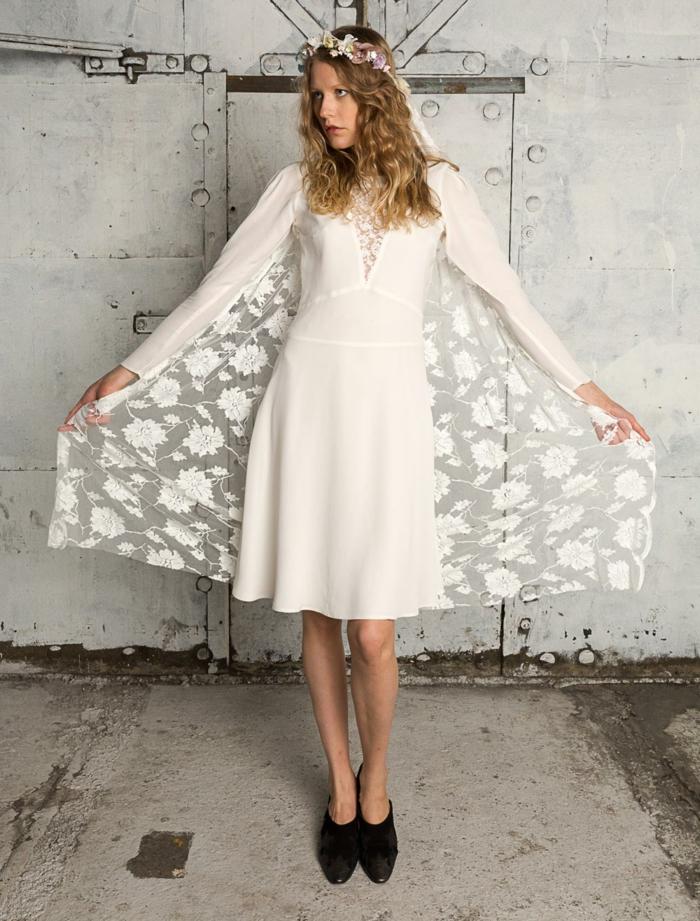 robe de mariée boheme pas cher, pelerine en dentelle florale, robe de mariée courte