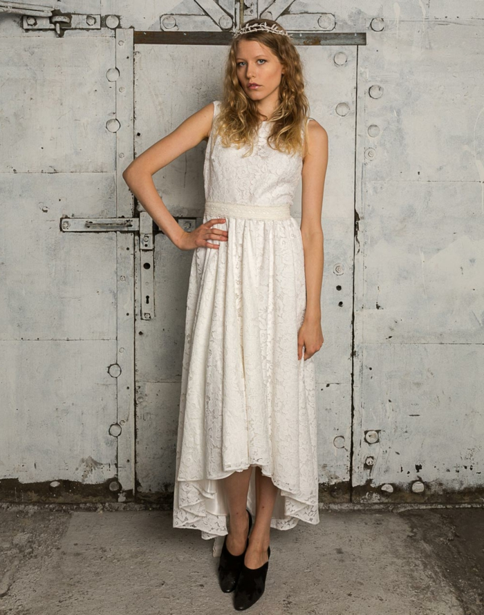 robe asymétrique style champêtre chic, chaussures nooires, diadème sophistiquée