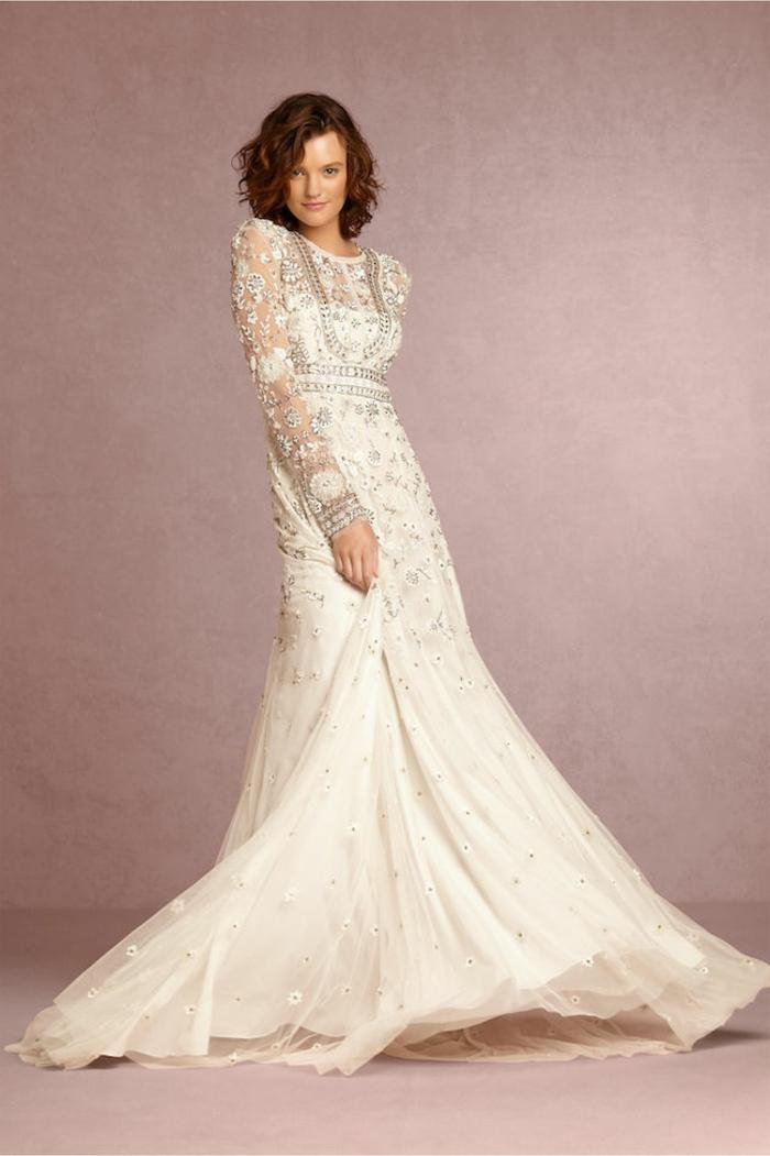 robe fantastique, dentelles magnifiques, coupe de robe évasée, manche longue