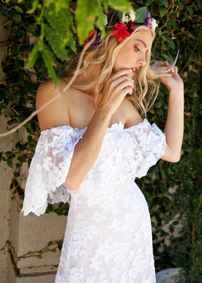 robe fantastique pour un mariage bohème, couronne de fleurs colorée, épaules tombantes