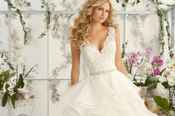 robe classique, taille ajustée, cheveux blonds bouclés, déco pour le mariage en plein air