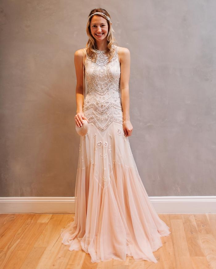 col montant d'une robe douce en rose poudré, coupe évasée, dentelle style boho