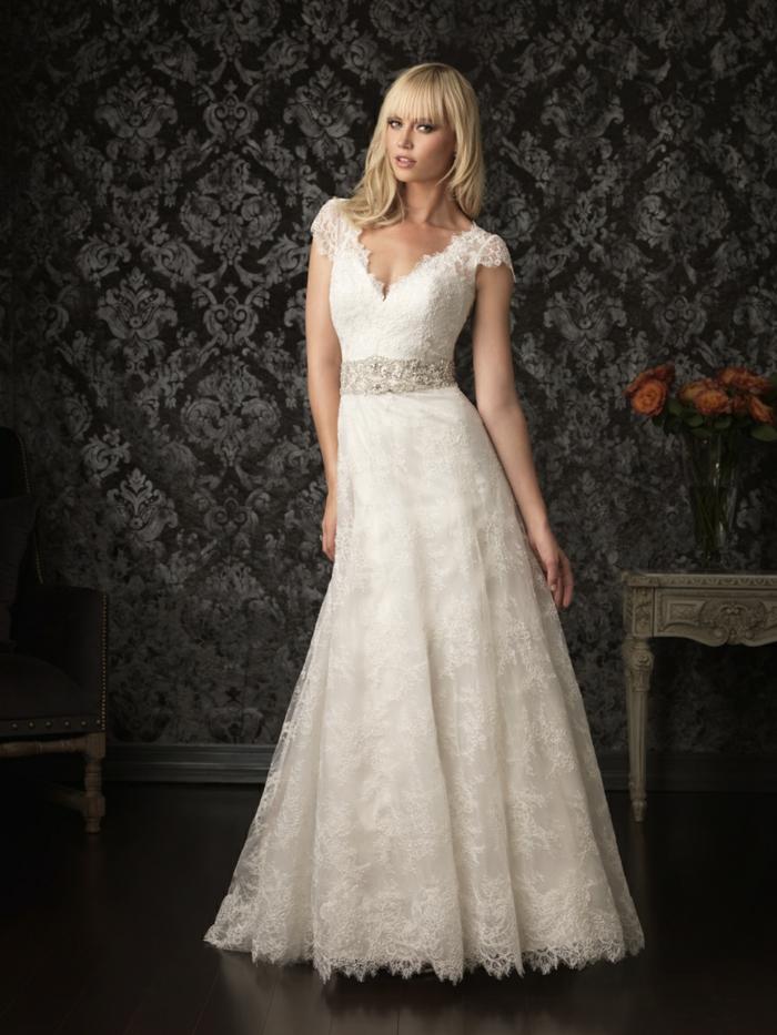 robe de mariée style princesse, taille ajustée, décolleté en V, manches courtes en dentelle