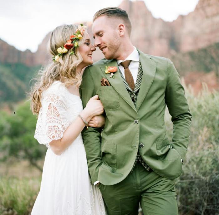 une couronne de fleurs romantique, manches fluides, jupe fluide, costume de marié vert olive
