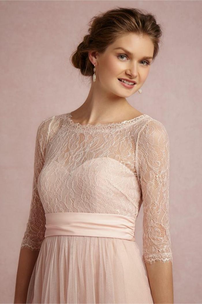 robe couler rose poudré, ceinture rose, dentelle et bustier, chignon, cheveux chataîns
