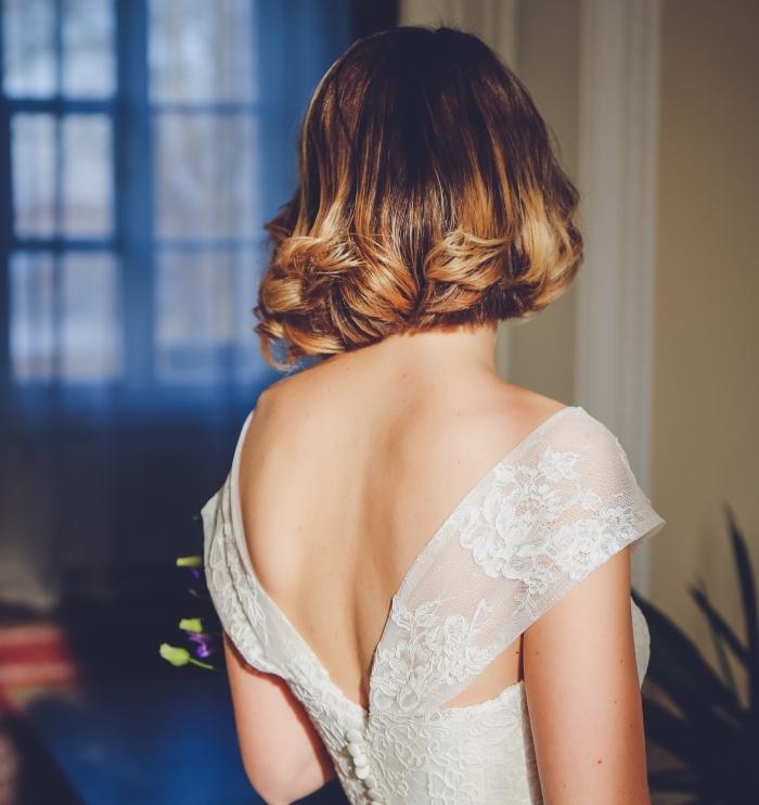 idée coiffure de mariée aux cheveux courts légèrement bouclés sur les pointes, coloration ombré aux reflets cuivrés