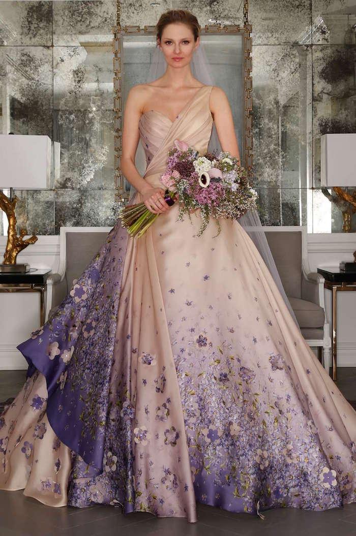 idées robe de mariée couleur beige et violet, grande robe fleurie pour mariage