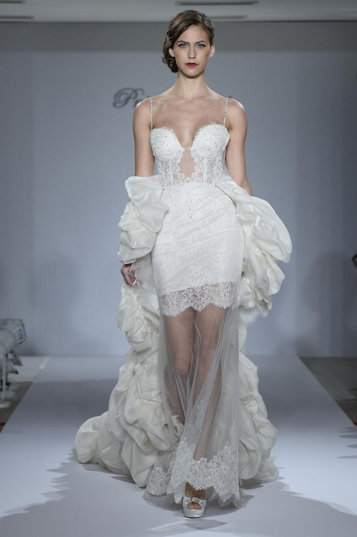 robe de mariée dentelle courte avec decolleté, robe courte mariage et voile sur les jambes