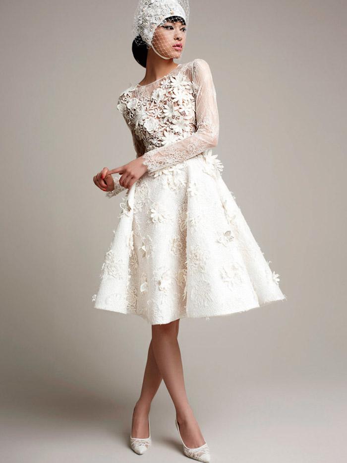 modele robe de mariée courte en dentelle luxe pour mariage avec manches longues