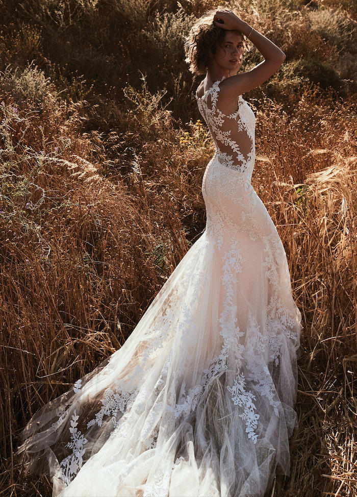 robe de mariée dos nu en dentelle longue pour mariage boheme chic