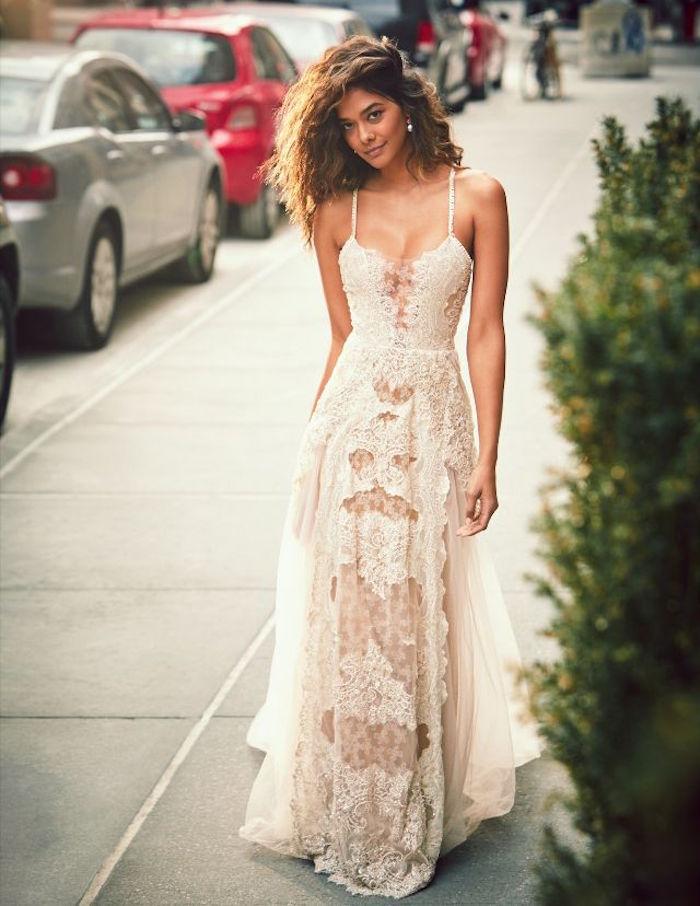 robe de mariée en dentelle longue pour mariage boheme chic avec decollete