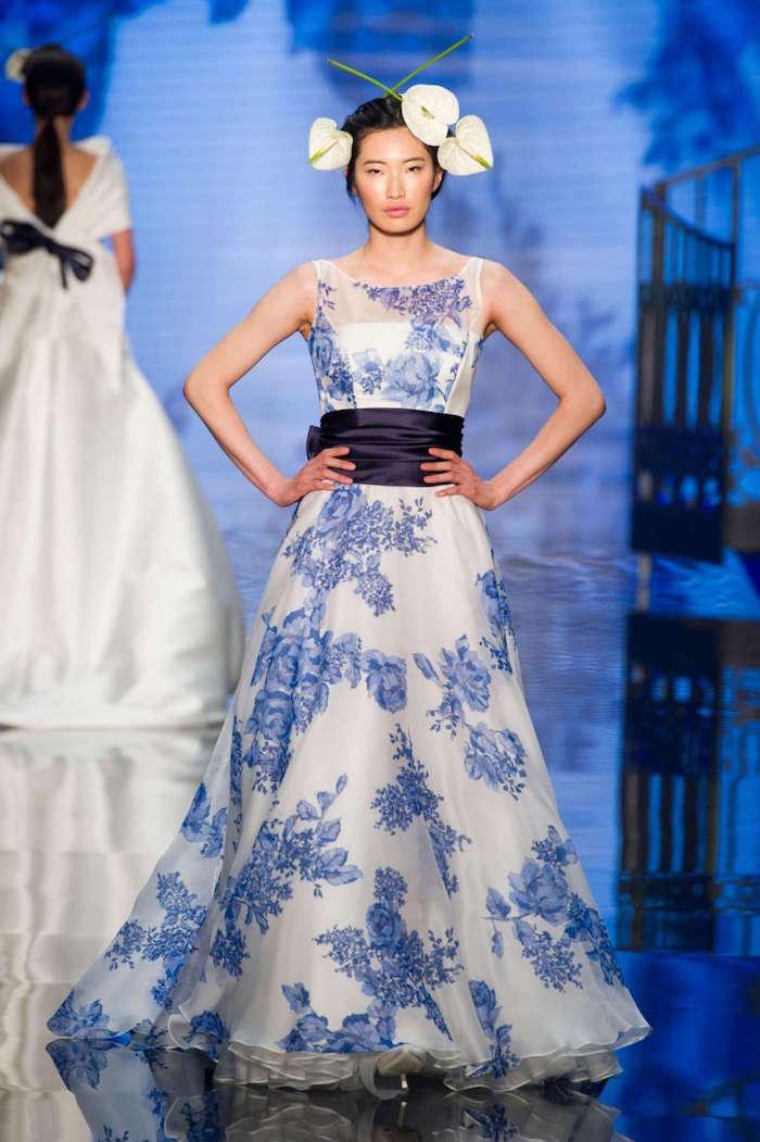 robe originale blanc et bleu fleurie avec fleurs, robe mariage style champetre boheme