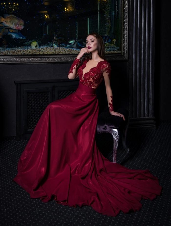 modèle de robe fantaisie de couleur rouge bordeaux à manches longues avec décolleté en v et décoration en dentelle florale