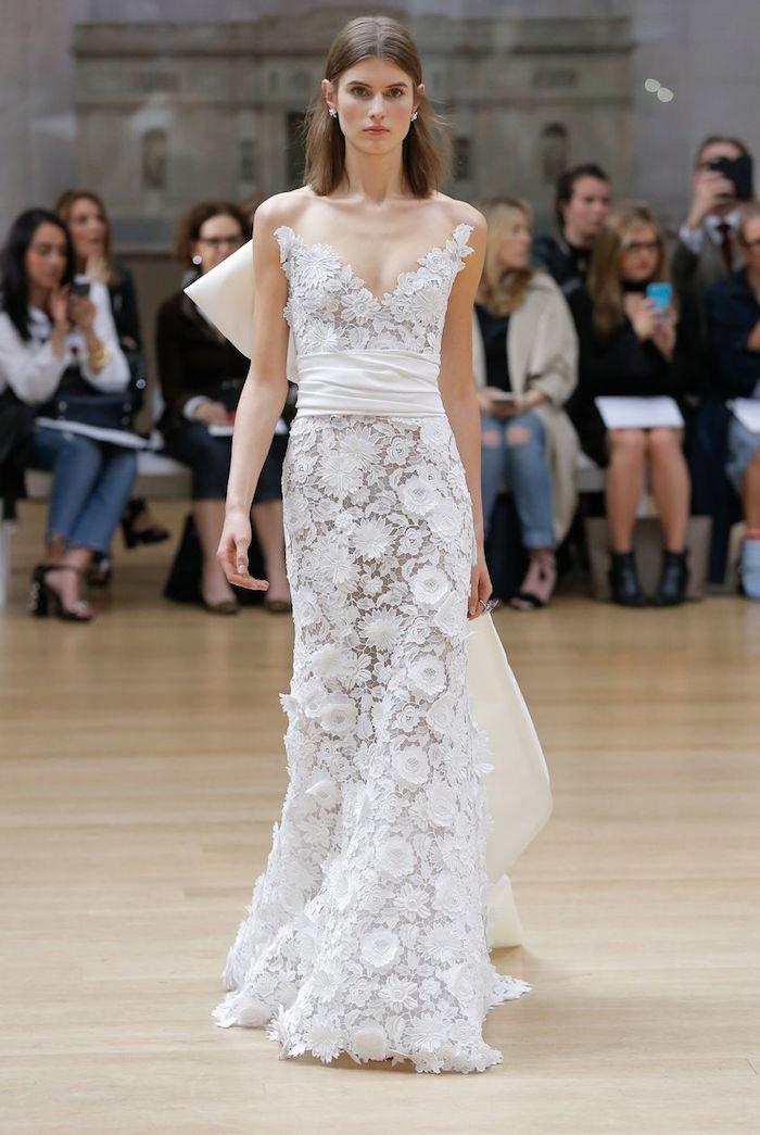 robe de mariée simple et originale en dentelle transparente longue