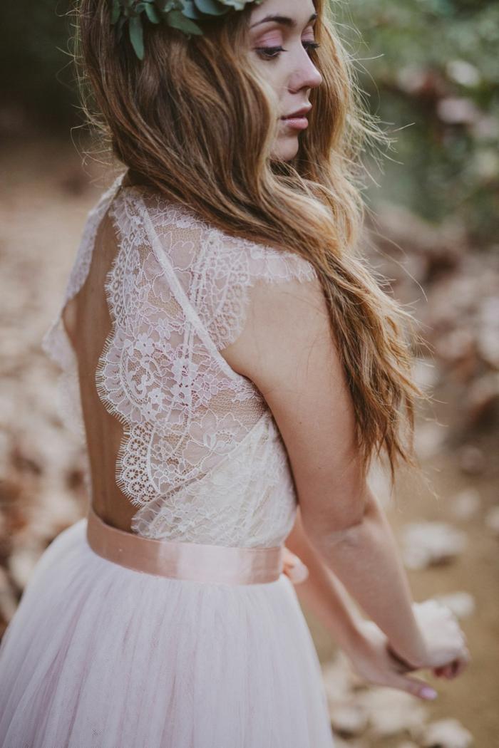 robe de mariage civil chic, dos dentelle dénudé, ceinture rose satinée, jupe évasée