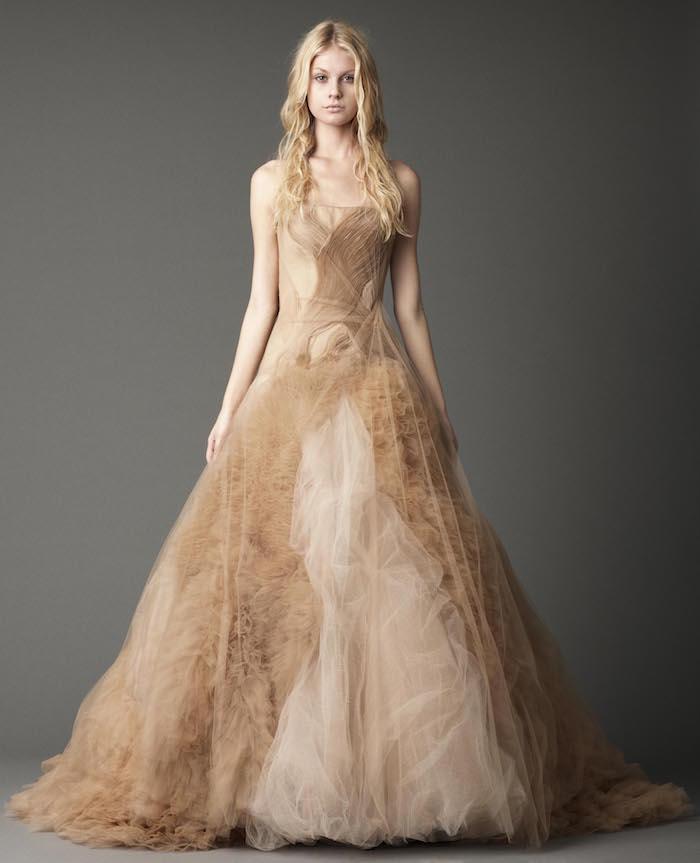 robe de mariée créateur originale, tenue mariage femme marron luxe avec froufrou et voile