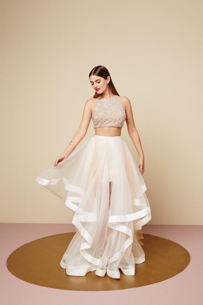 vision chic avec ensemble de deux pièces en haut nude top crop et jupe en tulle et volants de couleur rose pale
